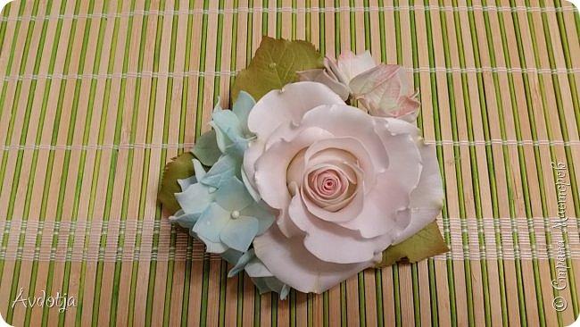 Здравствуйте! Сегодня я с цветочками из фома. По просьбе коллеги сделать ей резиночку с цветочками соорудила я вот такую композицию. Прикрепила все это на основу для броши, так что теперь это универсальное украшение. Можно как брошь носить, а можно и к резинке для волос прикрепить и украсить прическу.  фото 4