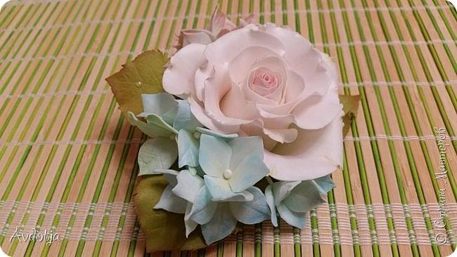 Здравствуйте! Сегодня я с цветочками из фома. По просьбе коллеги сделать ей резиночку с цветочками соорудила я вот такую композицию. Прикрепила все это на основу для броши, так что теперь это универсальное украшение. Можно как брошь носить, а можно и к резинке для волос прикрепить и украсить прическу.  фото 2