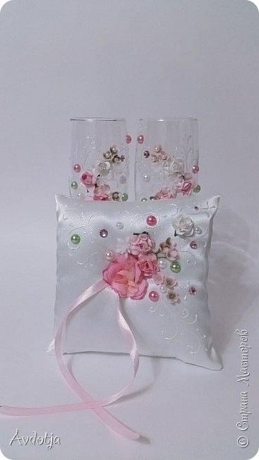 Сделала на досуге вот такой наборчик. Чехольчики на бутылки сшиты из атласа. Для декора использовала самые разные материалы. фото 5