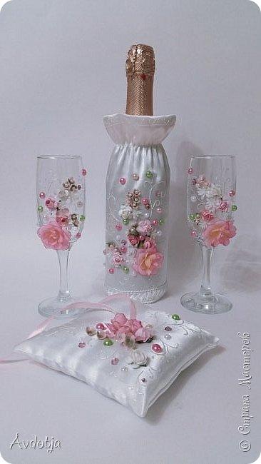 Сделала на досуге вот такой наборчик. Чехольчики на бутылки сшиты из атласа. Для декора использовала самые разные материалы.