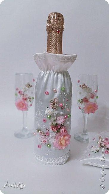 Сделала на досуге вот такой наборчик. Чехольчики на бутылки сшиты из атласа. Для декора использовала самые разные материалы. фото 2