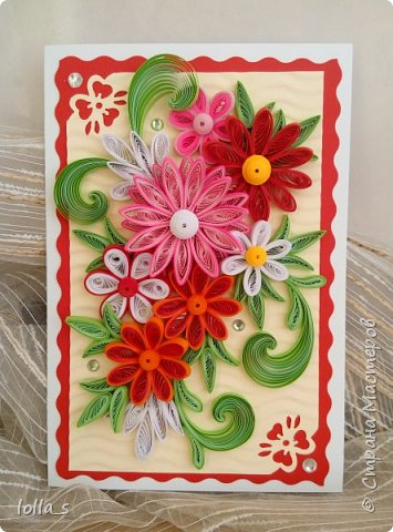 Здравствуйте! Я к Вам снова с открыткой поздравительной. Основа-картон белого, красного и молочного цветов. Оформлена цветами и листиками в технике квиллинг. Украшена стразиками. Размер открытки 15х10.5 см.