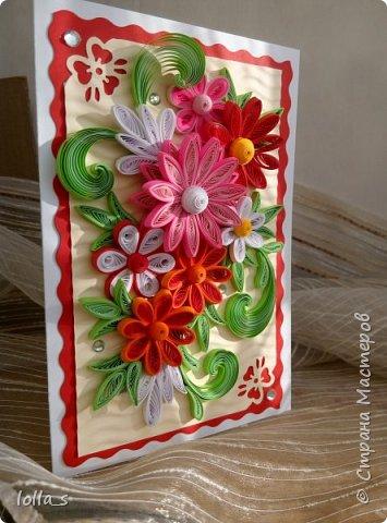 Здравствуйте! Я к Вам снова с открыткой поздравительной. Основа-картон белого, красного и молочного цветов. Оформлена цветами и листиками в технике квиллинг. Украшена стразиками. Размер открытки 15х10.5 см. фото 2