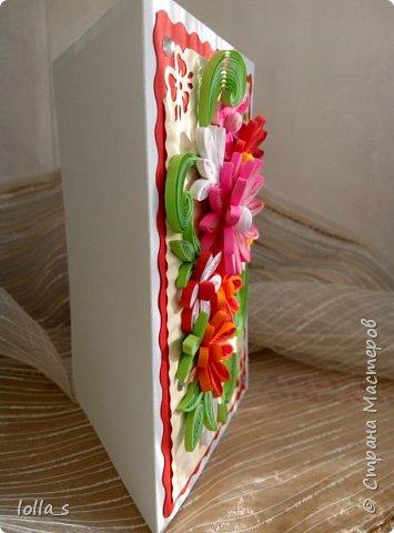 Здравствуйте! Я к Вам снова с открыткой поздравительной. Основа-картон белого, красного и молочного цветов. Оформлена цветами и листиками в технике квиллинг. Украшена стразиками. Размер открытки 15х10.5 см. фото 3