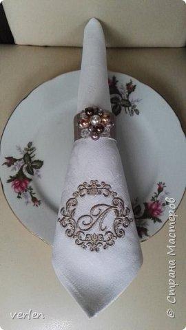 Салфетки с именной вышивкой и кольцами фото 1