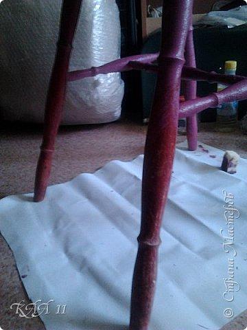 Решила облагородить стул с мусорки, смешала эмаль с гуашью которая была (старые остатки) и получила такой цвет (хотела тёмный вишнёвый получить, но как-то так)))  ещё и матовая текстура. На сиденье выложила сухие цветы заливала эпоксидной смолой, но видимо слои плохо просушились и второй месяц идёт как ещё поверхность продавливается...  фото 3
