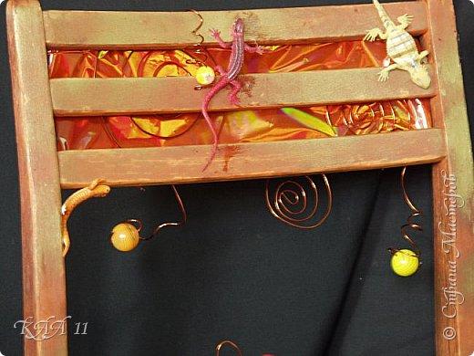 Решила облагородить стул с мусорки, смешала эмаль с гуашью которая была (старые остатки) и получила такой цвет (хотела тёмный вишнёвый получить, но как-то так)))  ещё и матовая текстура. На сиденье выложила сухие цветы заливала эпоксидной смолой, но видимо слои плохо просушились и второй месяц идёт как ещё поверхность продавливается...  фото 9