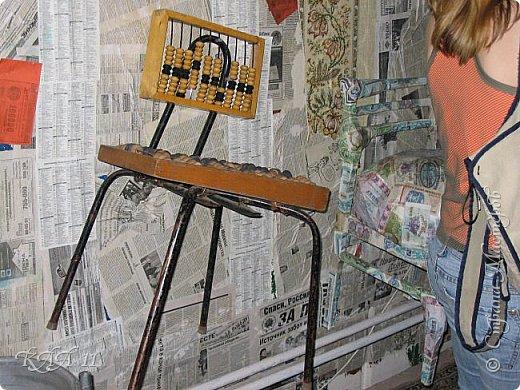 Решила облагородить стул с мусорки, смешала эмаль с гуашью которая была (старые остатки) и получила такой цвет (хотела тёмный вишнёвый получить, но как-то так)))  ещё и матовая текстура. На сиденье выложила сухие цветы заливала эпоксидной смолой, но видимо слои плохо просушились и второй месяц идёт как ещё поверхность продавливается...  фото 11