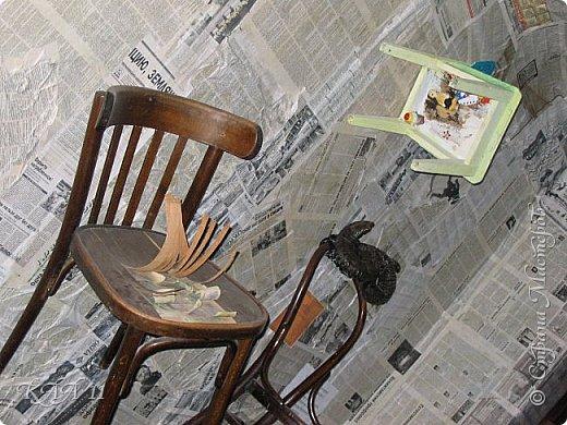 Решила облагородить стул с мусорки, смешала эмаль с гуашью которая была (старые остатки) и получила такой цвет (хотела тёмный вишнёвый получить, но как-то так)))  ещё и матовая текстура. На сиденье выложила сухие цветы заливала эпоксидной смолой, но видимо слои плохо просушились и второй месяц идёт как ещё поверхность продавливается...  фото 12