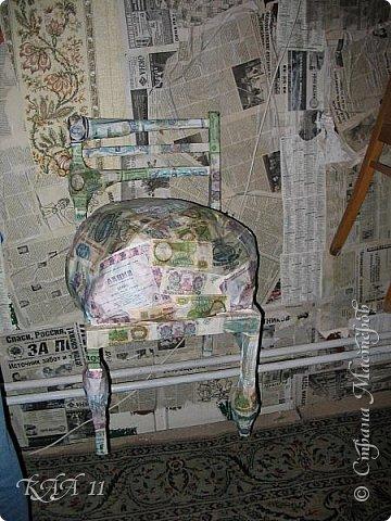 Решила облагородить стул с мусорки, смешала эмаль с гуашью которая была (старые остатки) и получила такой цвет (хотела тёмный вишнёвый получить, но как-то так)))  ещё и матовая текстура. На сиденье выложила сухие цветы заливала эпоксидной смолой, но видимо слои плохо просушились и второй месяц идёт как ещё поверхность продавливается...  фото 13