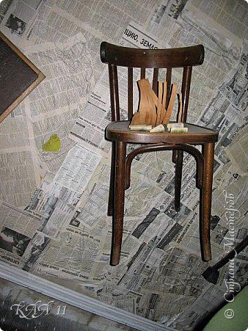 Решила облагородить стул с мусорки, смешала эмаль с гуашью которая была (старые остатки) и получила такой цвет (хотела тёмный вишнёвый получить, но как-то так)))  ещё и матовая текстура. На сиденье выложила сухие цветы заливала эпоксидной смолой, но видимо слои плохо просушились и второй месяц идёт как ещё поверхность продавливается...  фото 16