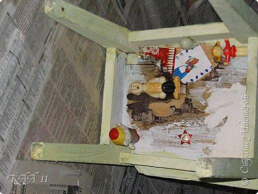 Решила облагородить стул с мусорки, смешала эмаль с гуашью которая была (старые остатки) и получила такой цвет (хотела тёмный вишнёвый получить, но как-то так)))  ещё и матовая текстура. На сиденье выложила сухие цветы заливала эпоксидной смолой, но видимо слои плохо просушились и второй месяц идёт как ещё поверхность продавливается...  фото 14