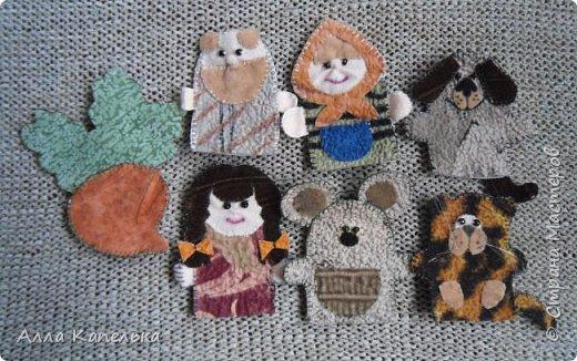 Когда-то давным-давно, лет так 5-6 назад захотелось мне сделать для дочурки такие куклы. Но если бы я знала, что они так и пролежат в коробке столько лет. К сожалению, не отношусь к мамам, которые посвящают все свободное время своим деткам. Сашка иногда вытягивала куклы на солнечный свет, но играть было не с кем и прятала их обратно... Недавно хотела отдать куклы детям подруги, но Санька не разрешила.  фото 2
