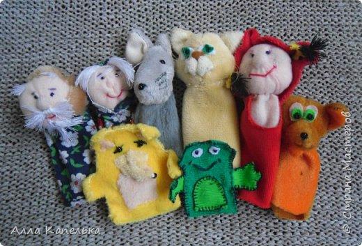Когда-то давным-давно, лет так 5-6 назад захотелось мне сделать для дочурки такие куклы. Но если бы я знала, что они так и пролежат в коробке столько лет. К сожалению, не отношусь к мамам, которые посвящают все свободное время своим деткам. Сашка иногда вытягивала куклы на солнечный свет, но играть было не с кем и прятала их обратно... Недавно хотела отдать куклы детям подруги, но Санька не разрешила.  фото 7