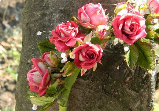 Здравствуйте! В данном видео покажу Вам как лепить маленькую кустовую розу с двухцветными лепестка, как лепить листья, как тонировать масляными красками заготовки; и как собирать  ободок из роз. фото 2
