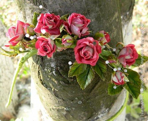 Здравствуйте! В данном видео покажу Вам как лепить маленькую кустовую розу с двухцветными лепестка, как лепить листья, как тонировать масляными красками заготовки; и как собирать  ободок из роз. фото 4
