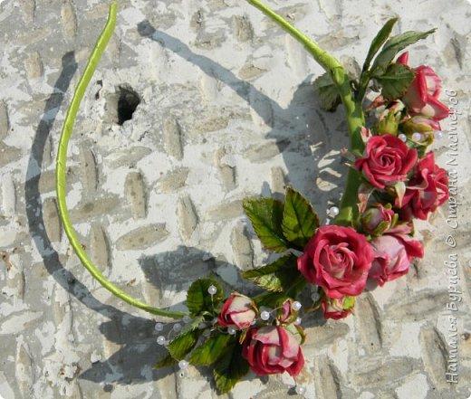 Здравствуйте! В данном видео покажу Вам как лепить маленькую кустовую розу с двухцветными лепестка, как лепить листья, как тонировать масляными красками заготовки; и как собирать  ободок из роз. фото 3