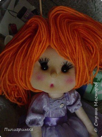 В оригинале вся кукла сшита из тонкого трикотажа или бифлекса. У меня такого материала нет, поэтому я сделала лицо из колготок и синтепона фото 1