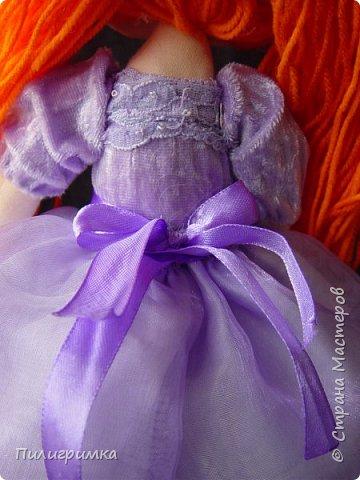 В оригинале вся кукла сшита из тонкого трикотажа или бифлекса. У меня такого материала нет, поэтому я сделала лицо из колготок и синтепона фото 5