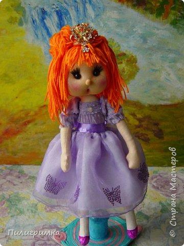В оригинале вся кукла сшита из тонкого трикотажа или бифлекса. У меня такого материала нет, поэтому я сделала лицо из колготок и синтепона фото 2