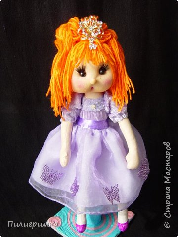 В оригинале вся кукла сшита из тонкого трикотажа или бифлекса. У меня такого материала нет, поэтому я сделала лицо из колготок и синтепона фото 3