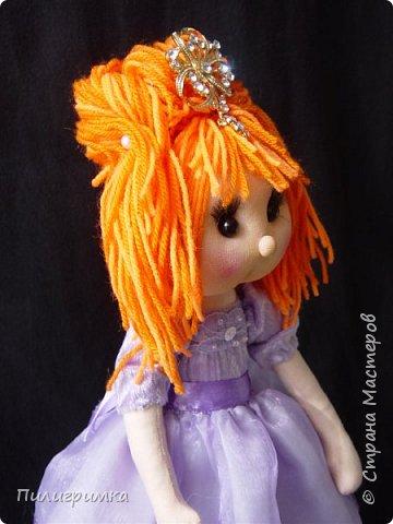 В оригинале вся кукла сшита из тонкого трикотажа или бифлекса. У меня такого материала нет, поэтому я сделала лицо из колготок и синтепона фото 4