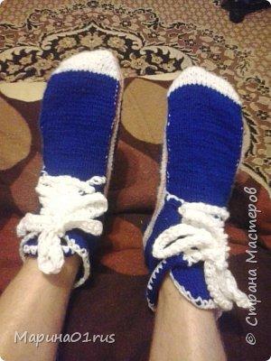 Муж попросил связать ему теплые носки. Но я подумала, что носки - это скучно, а вот кедики в самый раз. Муж остался довольный. А это самое главное. фото 1