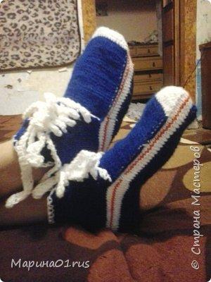 Муж попросил связать ему теплые носки. Но я подумала, что носки - это скучно, а вот кедики в самый раз. Муж остался довольный. А это самое главное. фото 2