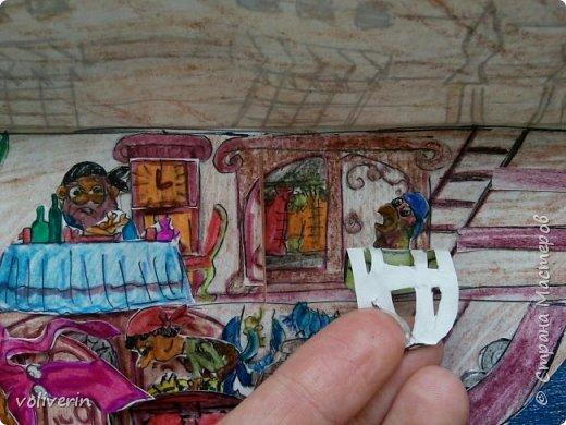 Здравствуйте, этот корабль я нашла у этого автора http://www.tavika.ru/2012/01/blog-post_21.html?m=1 , так как я большой любитель всего бумажного, то я конечно решила его повторить, может ещё кому-то пригодится идея. Игрушка делается всего два три часа, она способствует развитию фантазии и мелкой моторики. Автор идеи использовал простой картон для фона и ткань для парусов, а у меня были две обложки от альбомов, я их склеила, совместив небо. фото 9