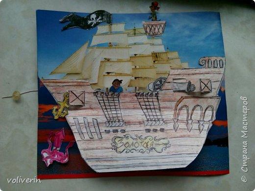 Здравствуйте, этот корабль я нашла у этого автора http://www.tavika.ru/2012/01/blog-post_21.html?m=1 , так как я большой любитель всего бумажного, то я конечно решила его повторить, может ещё кому-то пригодится идея. Игрушка делается всего два три часа, она способствует развитию фантазии и мелкой моторики. Автор идеи использовал простой картон для фона и ткань для парусов, а у меня были две обложки от альбомов, я их склеила, совместив небо. фото 4