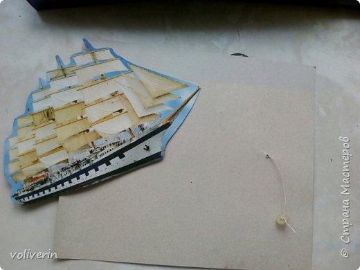 Здравствуйте, этот корабль я нашла у этого автора http://www.tavika.ru/2012/01/blog-post_21.html?m=1 , так как я большой любитель всего бумажного, то я конечно решила его повторить, может ещё кому-то пригодится идея. Игрушка делается всего два три часа, она способствует развитию фантазии и мелкой моторики. Автор идеи использовал простой картон для фона и ткань для парусов, а у меня были две обложки от альбомов, я их склеила, совместив небо. фото 2