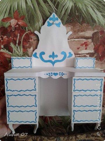 Здравствуйте мастерицы!!! Давно была у меня запланирована спальня для кукол в голубом, уж больно мне этот цвет нравится, но руки ни как не доходили. Но однажды в одной соц сете я увидела мастер класс на стульчик для кукол, и он меня вдохновил, я решила сделать спальню в романтическом стиле))) Сегодня покажу как я делала туалетный столик.... фото 44
