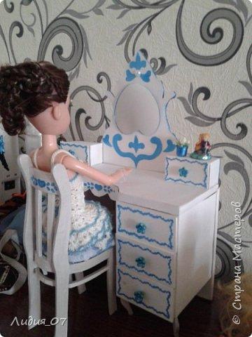 Здравствуйте мастерицы!!! Давно была у меня запланирована спальня для кукол в голубом, уж больно мне этот цвет нравится, но руки ни как не доходили. Но однажды в одной соц сете я увидела мастер класс на стульчик для кукол, и он меня вдохновил, я решила сделать спальню в романтическом стиле))) Сегодня покажу как я делала туалетный столик.... фото 50