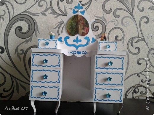 Здравствуйте мастерицы!!! Давно была у меня запланирована спальня для кукол в голубом, уж больно мне этот цвет нравится, но руки ни как не доходили. Но однажды в одной соц сете я увидела мастер класс на стульчик для кукол, и он меня вдохновил, я решила сделать спальню в романтическом стиле))) Сегодня покажу как я делала туалетный столик.... фото 47