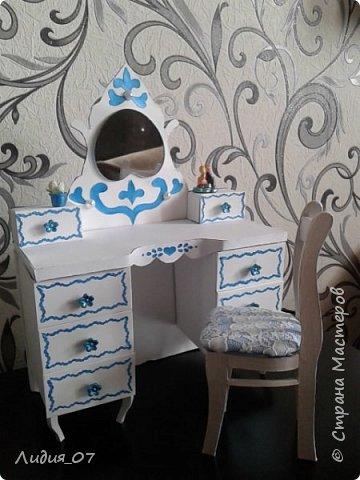 Здравствуйте мастерицы!!! Давно была у меня запланирована спальня для кукол в голубом, уж больно мне этот цвет нравится, но руки ни как не доходили. Но однажды в одной соц сете я увидела мастер класс на стульчик для кукол, и он меня вдохновил, я решила сделать спальню в романтическом стиле))) Сегодня покажу как я делала туалетный столик.... фото 1