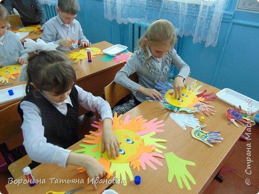 Наши солнышки.(У нас в классе существует традиция: в день рождения ребенка-его имя с поздравлением крепим над доской) фото 2