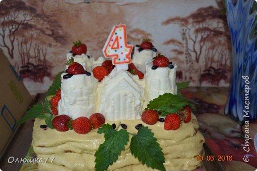 Торт на 4-х летие моей дочери. Хотелось ее удивить, что у меня и получилось. Основа торта - медовик со сливочно-персиковым кремом. Сам замок - суфле.