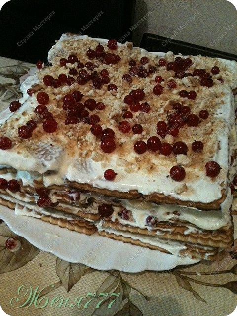 Вот такой незатейливый тортик мы с сыночками соорудили :) все ингредиенты на фото видно :) печенье сахар сметана банан смородина терпения на 2 часа чтобы пропитать и объеденье на вашем столе  фото 1