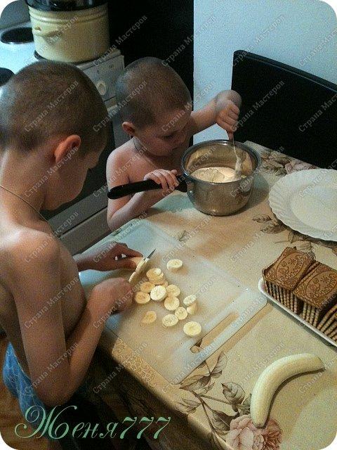 Вот такой незатейливый тортик мы с сыночками соорудили :) все ингредиенты на фото видно :) печенье сахар сметана банан смородина терпения на 2 часа чтобы пропитать и объеденье на вашем столе  фото 2