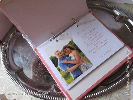 Книгу делала из тетради со сменными блоками.Обклеила красивой бумагой для скрапбукинга, украсила лентами, кружевом... фото 3