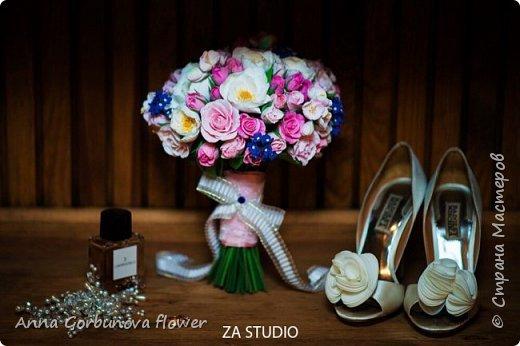 Свадебный букет невесты ручной работы из полимерной глины. Каждый лепесток и цветочек изготавливала в ручную! В составе: Кустовая роза, цветы шиповника, незабудки, цветы яблони.  фото 4