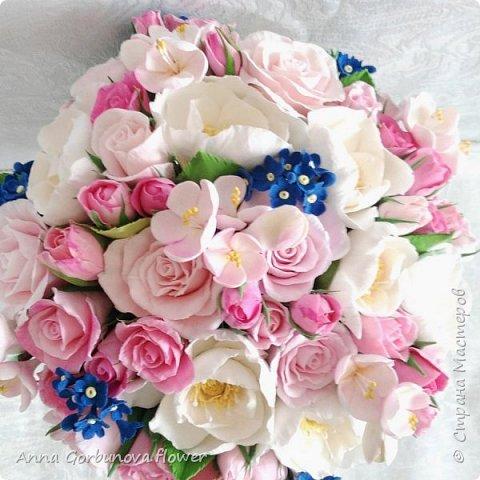 Свадебный букет невесты ручной работы из полимерной глины. Каждый лепесток и цветочек изготавливала в ручную! В составе: Кустовая роза, цветы шиповника, незабудки, цветы яблони.  фото 2