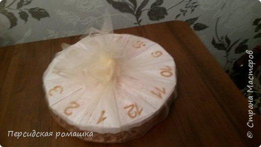 Торт в виде часов с пожеланиями на свадьбу. фото 3