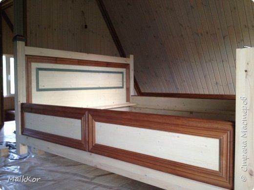 """Пока, стенка моя потихоньку делается, вот решился таки выложить фотографии кровати, которую мы сделали с отцом в прошлом году. Когда на даче наконец-то закончили отделку моего второго этажа, мне срочно захотелось там жить, и срочно захотелось большую кровать, ни диван, как в квартире, а большую и главное ВЫСОКУЮ кровать. Как-то где-то я вычитал, что высокая кровать поднимает самооценку и мне кажется на высокой кровати, действительно, чувствуешь себя королем)))! Хочу сказать, что столяров у нас в семье нет))), и кровать мы делали впервые. Я спросил папу:"""" Ну что осилим,"""", а он ответил:"""" Рисуй, у нас 1001 способ это сделать!""""))))))) ну я нарисовал, т.к. у нас нет спец оборудования кроме торцевой пилы, я продумал такой вариант, чтобы можно было все несовершенства стыков спрятать, так родилась отделка наличником и раскладкой, плюс это усложнило ровную поверхность мебельных щитов и вписало кровать в интерьер. Материалы: брус клееный (сосна) - 80х80 мм мебельный щит (сосна) - толщина 40 мм фанера  - для основания под матрац брусок - 30х40 мм (на него ложится основание под матрац) мебельные стяжки и шканты клей столярный (момент) уголки металлические саморезы пропитки по дереву (pinotex interior) лак акриловый матовый кажется все)    фото 7"""