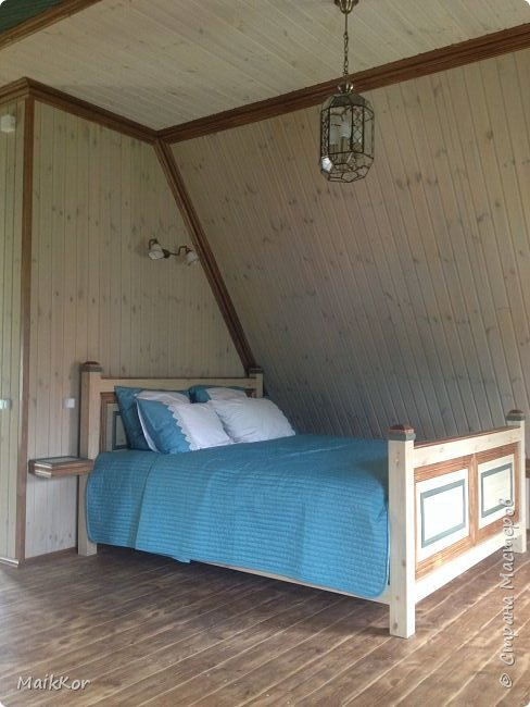 """Пока, стенка моя потихоньку делается, вот решился таки выложить фотографии кровати, которую мы сделали с отцом в прошлом году. Когда на даче наконец-то закончили отделку моего второго этажа, мне срочно захотелось там жить, и срочно захотелось большую кровать, ни диван, как в квартире, а большую и главное ВЫСОКУЮ кровать. Как-то где-то я вычитал, что высокая кровать поднимает самооценку и мне кажется на высокой кровати, действительно, чувствуешь себя королем)))! Хочу сказать, что столяров у нас в семье нет))), и кровать мы делали впервые. Я спросил папу:"""" Ну что осилим,"""", а он ответил:"""" Рисуй, у нас 1001 способ это сделать!""""))))))) ну я нарисовал, т.к. у нас нет спец оборудования кроме торцевой пилы, я продумал такой вариант, чтобы можно было все несовершенства стыков спрятать, так родилась отделка наличником и раскладкой, плюс это усложнило ровную поверхность мебельных щитов и вписало кровать в интерьер. Материалы: брус клееный (сосна) - 80х80 мм мебельный щит (сосна) - толщина 40 мм фанера  - для основания под матрац брусок - 30х40 мм (на него ложится основание под матрац) мебельные стяжки и шканты клей столярный (момент) уголки металлические саморезы пропитки по дереву (pinotex interior) лак акриловый матовый кажется все)    фото 15"""