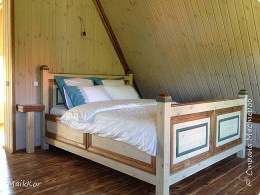 """Пока, стенка моя потихоньку делается, вот решился таки выложить фотографии кровати, которую мы сделали с отцом в прошлом году. Когда на даче наконец-то закончили отделку моего второго этажа, мне срочно захотелось там жить, и срочно захотелось большую кровать, ни диван, как в квартире, а большую и главное ВЫСОКУЮ кровать. Как-то где-то я вычитал, что высокая кровать поднимает самооценку и мне кажется на высокой кровати, действительно, чувствуешь себя королем)))! Хочу сказать, что столяров у нас в семье нет))), и кровать мы делали впервые. Я спросил папу:"""" Ну что осилим,"""", а он ответил:"""" Рисуй, у нас 1001 способ это сделать!""""))))))) ну я нарисовал, т.к. у нас нет спец оборудования кроме торцевой пилы, я продумал такой вариант, чтобы можно было все несовершенства стыков спрятать, так родилась отделка наличником и раскладкой, плюс это усложнило ровную поверхность мебельных щитов и вписало кровать в интерьер. Материалы: брус клееный (сосна) - 80х80 мм мебельный щит (сосна) - толщина 40 мм фанера  - для основания под матрац брусок - 30х40 мм (на него ложится основание под матрац) мебельные стяжки и шканты клей столярный (момент) уголки металлические саморезы пропитки по дереву (pinotex interior) лак акриловый матовый кажется все)    фото 10"""