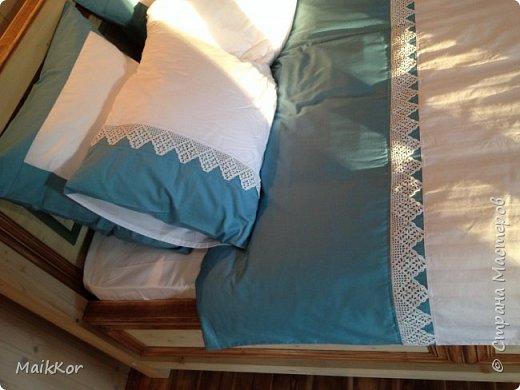 """Пока, стенка моя потихоньку делается, вот решился таки выложить фотографии кровати, которую мы сделали с отцом в прошлом году. Когда на даче наконец-то закончили отделку моего второго этажа, мне срочно захотелось там жить, и срочно захотелось большую кровать, ни диван, как в квартире, а большую и главное ВЫСОКУЮ кровать. Как-то где-то я вычитал, что высокая кровать поднимает самооценку и мне кажется на высокой кровати, действительно, чувствуешь себя королем)))! Хочу сказать, что столяров у нас в семье нет))), и кровать мы делали впервые. Я спросил папу:"""" Ну что осилим,"""", а он ответил:"""" Рисуй, у нас 1001 способ это сделать!""""))))))) ну я нарисовал, т.к. у нас нет спец оборудования кроме торцевой пилы, я продумал такой вариант, чтобы можно было все несовершенства стыков спрятать, так родилась отделка наличником и раскладкой, плюс это усложнило ровную поверхность мебельных щитов и вписало кровать в интерьер. Материалы: брус клееный (сосна) - 80х80 мм мебельный щит (сосна) - толщина 40 мм фанера  - для основания под матрац брусок - 30х40 мм (на него ложится основание под матрац) мебельные стяжки и шканты клей столярный (момент) уголки металлические саморезы пропитки по дереву (pinotex interior) лак акриловый матовый кажется все)    фото 12"""