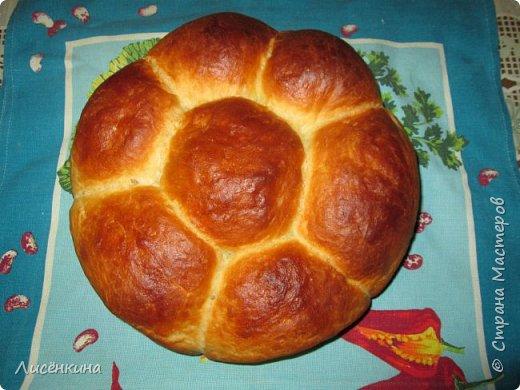 Здравствуйте дорогие мастера и мастерицы. Хочу вам рассказать как быстро и просто испечь очень вкусный домашний хлеб. У меня мальчишки его таскают как булки))И самое интересное вам не понадобятся яйца и масло (ну разве что для смазки)  Домашний хлеб на кефире  Ингредиенты:  150 мл воды 350 мл кефира 900 грамм муки  пол пачки свежих дрожжей или  пакет сухих 1 столовая ложка сахара 1 чайная ложка соли  Приготовление: Растворите в теплой воде дрожжи, сахар, соль. Добавьте примерно пол стакана муки и перемешайте, опара должна быть по консистенции как сметана. Накройте и дайте ей постоять четверть часа, пока не увеличится в объеме. Затем влейте в опару теплый кефир, хорошо перемешайте и замесите тесто, добавляя понемногу муку. Тесто должно получиться очень мягкое не крутое. Я когда вымешиваю смазываю руки растительным маслом. Накройте и оставьте тесто расти примерно на 20 минут. Слепите шарики, и уложите их в круглую форму. Снова оставьте подниматься тесто на 15-20 минут. Смажьте верх будущего хлеба небольшим количеством масла или взбитым яйцом. Выпекайте в духовке в течение 40 минут при температуре 200 градусов.  Приятного аппетита  фото 4
