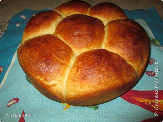 Здравствуйте дорогие мастера и мастерицы. Хочу вам рассказать как быстро и просто испечь очень вкусный домашний хлеб. У меня мальчишки его таскают как булки))И самое интересное вам не понадобятся яйца и масло (ну разве что для смазки)  Домашний хлеб на кефире  Ингредиенты:  150 мл воды 350 мл кефира 900 грамм муки  пол пачки свежих дрожжей или  пакет сухих 1 столовая ложка сахара 1 чайная ложка соли  Приготовление: Растворите в теплой воде дрожжи, сахар, соль. Добавьте примерно пол стакана муки и перемешайте, опара должна быть по консистенции как сметана. Накройте и дайте ей постоять четверть часа, пока не увеличится в объеме. Затем влейте в опару теплый кефир, хорошо перемешайте и замесите тесто, добавляя понемногу муку. Тесто должно получиться очень мягкое не крутое. Я когда вымешиваю смазываю руки растительным маслом. Накройте и оставьте тесто расти примерно на 20 минут. Слепите шарики, и уложите их в круглую форму. Снова оставьте подниматься тесто на 15-20 минут. Смажьте верх будущего хлеба небольшим количеством масла или взбитым яйцом. Выпекайте в духовке в течение 40 минут при температуре 200 градусов.  Приятного аппетита  фото 3
