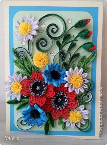 Здравствуйте! И снова у меня сегодня поздравительная открытка. Основа-картон молочного, небесно-голубого и нежного зеленого цветов. Оформлена полевыми цветами в технике квиллинг. Украшена стразиками. Внутри есть место для поздравления. Размер открытки 15х10.5 см. фото 1